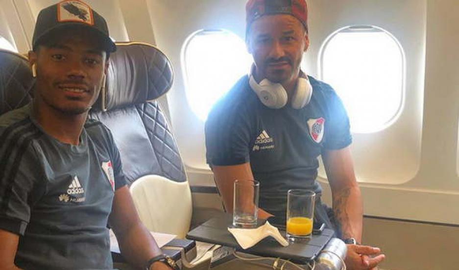 DUPLA URUGUAYA. Nicolás De la Cruz y Rodrigo Mora, en el avión.