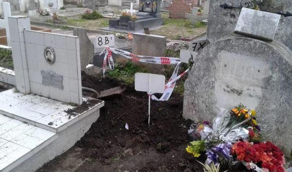 La tumba fue profanada.