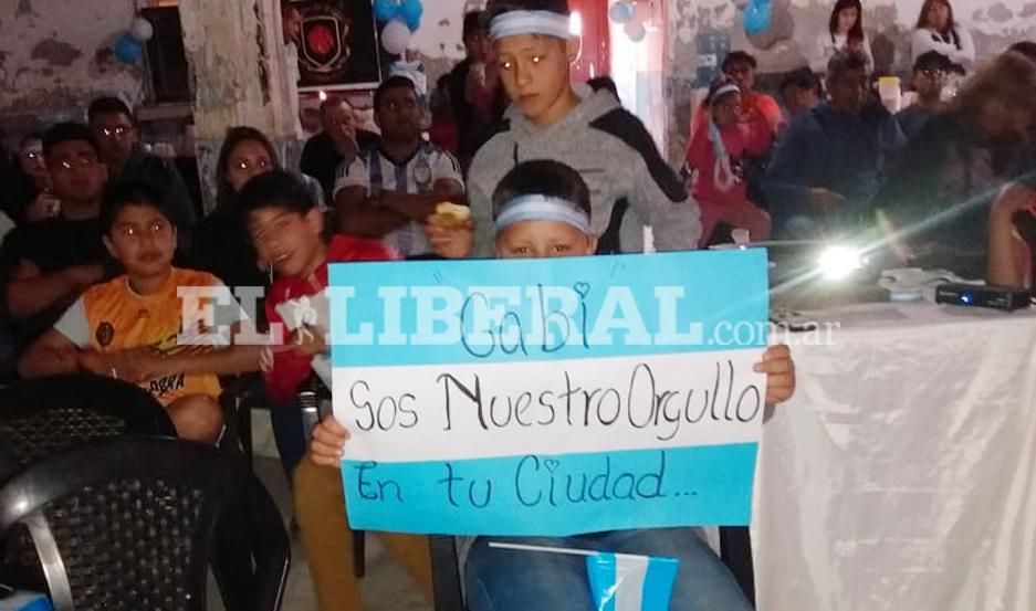 """Los chicos de la Escuela del Club Mitre le brindan su apoyo a """"Tortuga"""" Deck."""