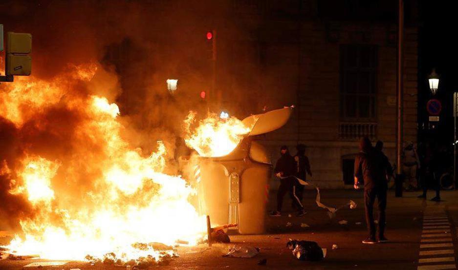 Incidentes frente a las oficinas de la Consejería de Interior de Cataluña.