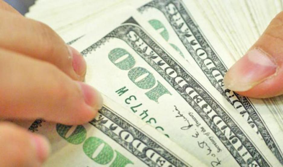 El dólar blue retrocedió ayer 25 centavos, a $66,50.