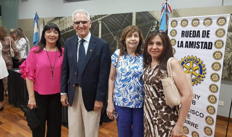 CEREMONIA. Marcia Zeman, Dr. Angel Rico, María Rosa Aguilar y Eve Sosa, de Rotary Club Huarmi.